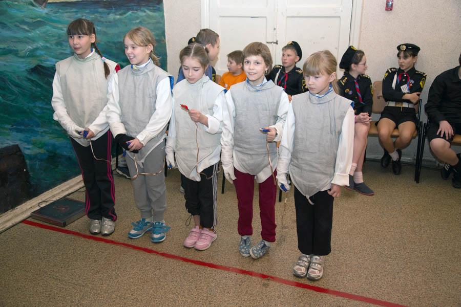 Самые младшие девочки-фехтовальщицы ждут жеебьёвки