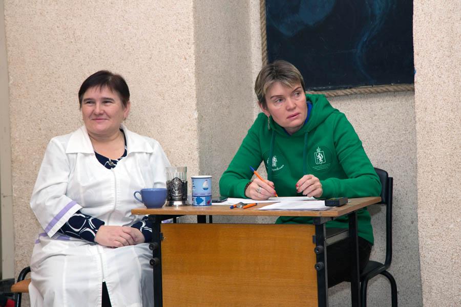 Врач соревнования Лариса Помазкина и главный секретарь Лариса Крапивина внимательны к каждому участнику турнира