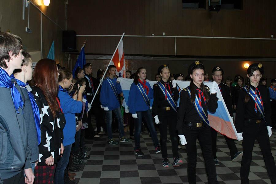 Сводный знамённый отряд выносит флаги и знамёна организаций