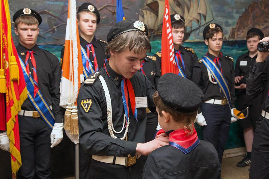 Данил Исаков повязывает галстук новоиспечённому каравелльцу