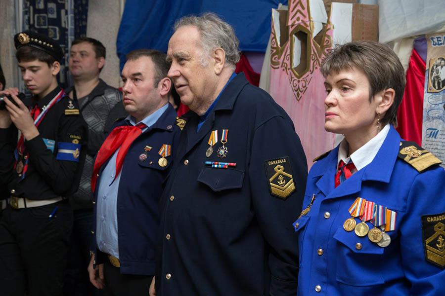 Владислав Крапивин поздравил каравелльцев с заслуженными наградами