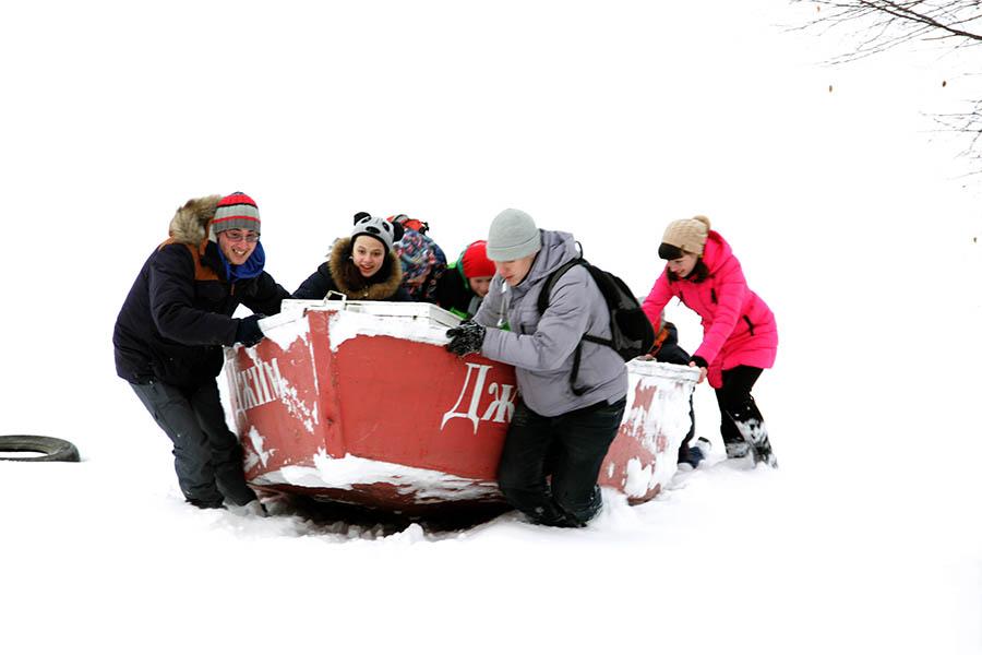 Каравелльцы весело тащат «Джим» по свежему снежку