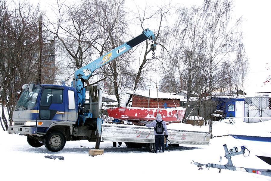 Перевозка отрядных яхт с помощью автопогрузчика - удобное новшество в жизни каравелльцев