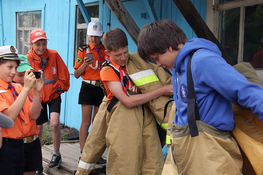 Соревнование на скорость надевания защитного костюма пожарного