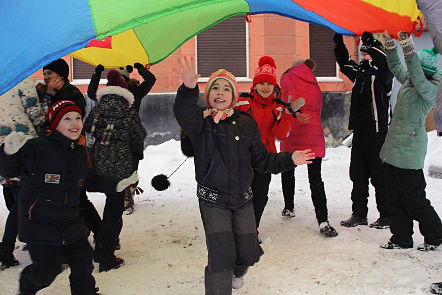 Зимние игры с парашютом на ЛУНе