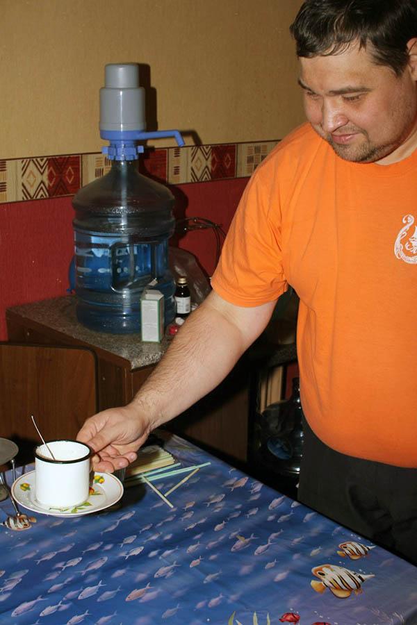 Благодаря соли и физическим законам кружка примёрзла к тарелке