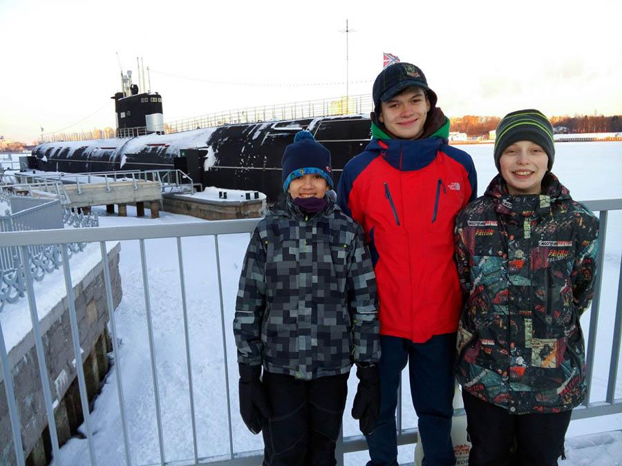 Каравелльцы на фоне дизельной подводной лодки в парке Северное Бутово