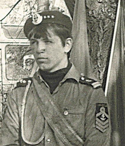 Дима Емельянов, капитан отряда «Каравелла» на посту у знамён, 1985г.