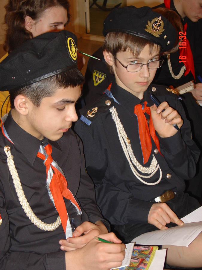 Юнкоры отряда «Каравелла» работают на пресс-конференции