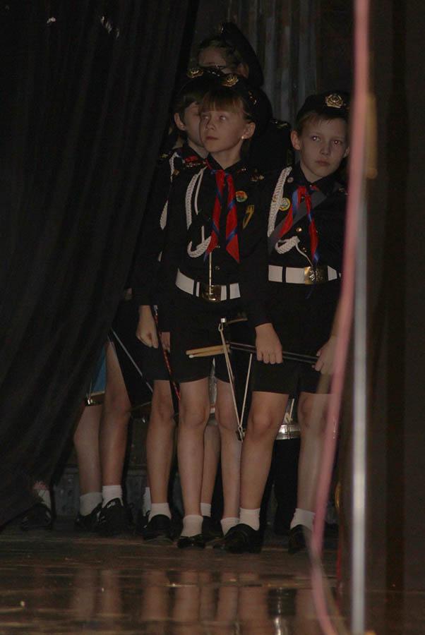 Барабанщики отряда волнуются перед выступлением, стоя за кулисами Оперного театра