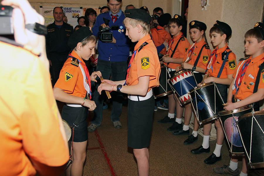 Паша передаёт Жене барабан и палочки командира группы