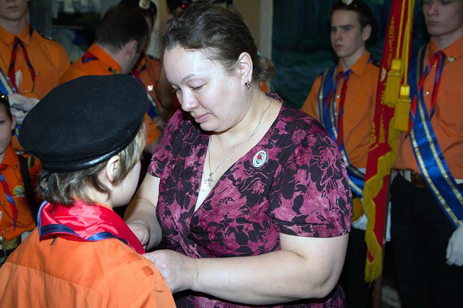 Галстук своему сыну повязывает Ольга Анчугова (Шикунова)