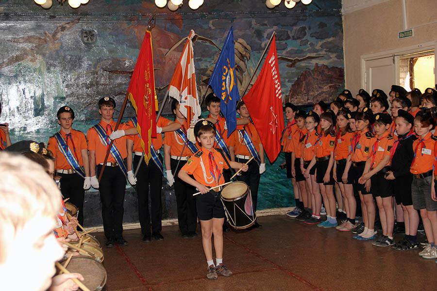 Сбор традиционно завершает вынос знамён отряда «Каравелла»