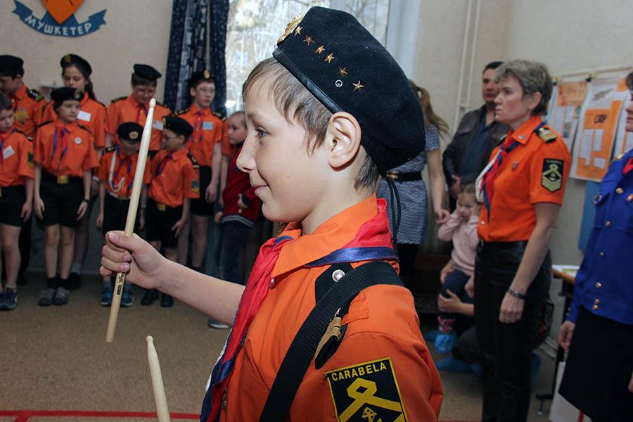 Новый командир барабанщиков Женя Печёный играет знамённый марш