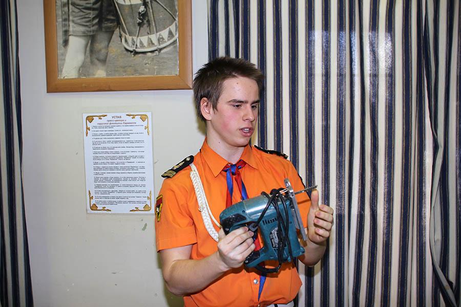 Антон Орлов обучает основам обращения с электроинструментом