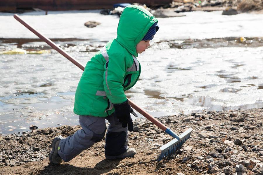 Даже малыши - младшие братья брали инструменты и включались в работу!