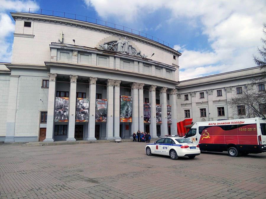 Знамя Победы прибыло в ОДО на специальном автомобиле