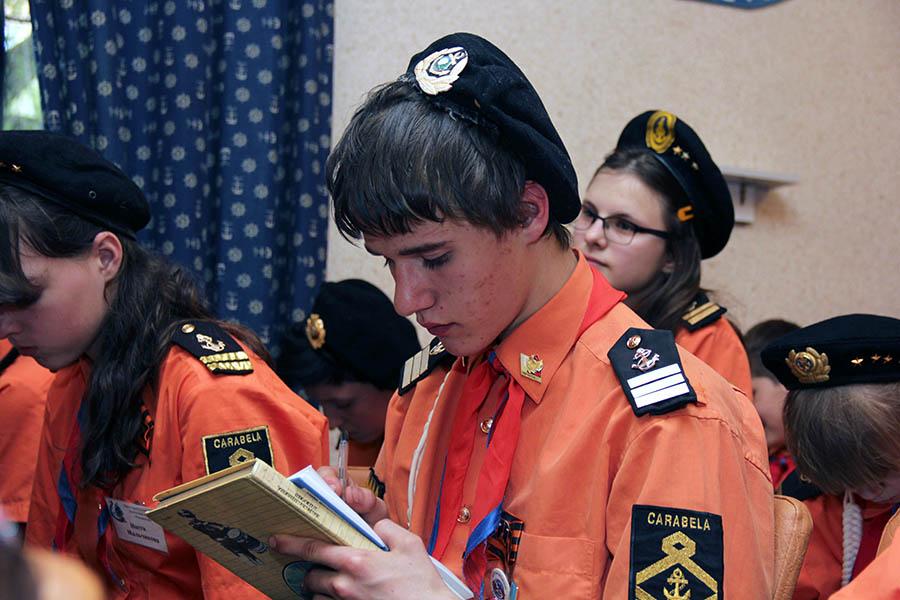 Каравелльцы внимательно записывают ответы Ирины об истории отряда