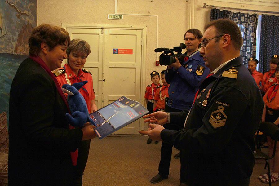 После пресс-конференции каравелльцы вручили Ирине памятные подарки, которые поедут с ней в Америку