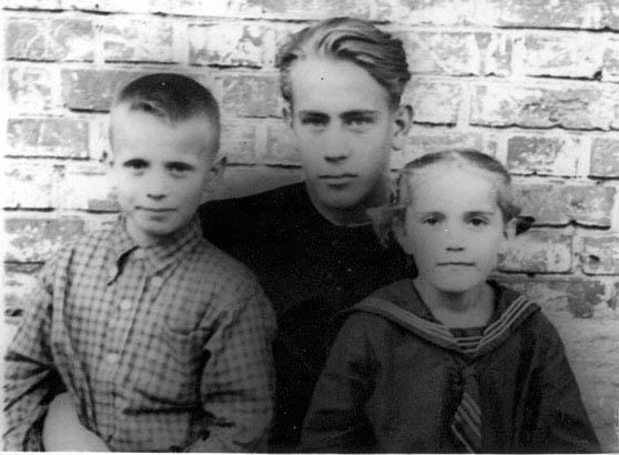Слава с младшим братом Олегом и племянницей Иринкой