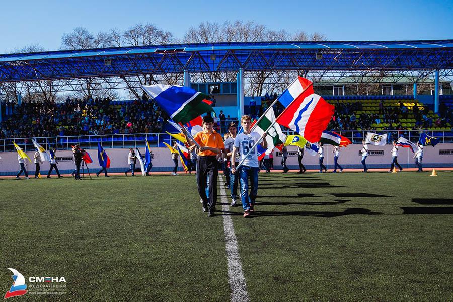 Пётр Крапивин с флагом Свердловской области открывает смену в лагере «Смена»
