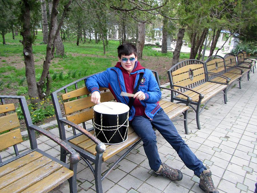 Петя Крапивин с национальным чеченским барабаном...