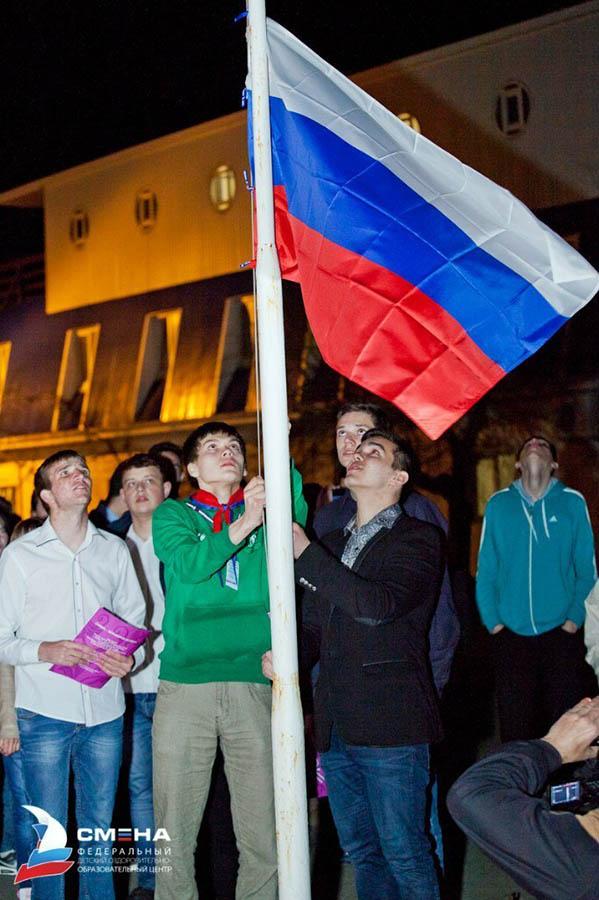Петя спускает флаг России и закрывает смену Всероссийской школы лидеров «Моя дорожная карта»