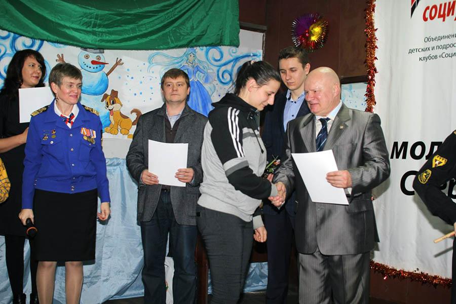 Председатель жюри И.А. Сёмочкин награждает финалистов конкурса