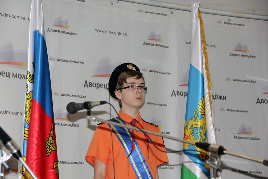 Эрик Копылов на посту у флагов на сцене малого зала Дворца Молодёжи
