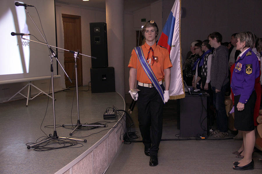 Гвардейцы «Каравеллы» выносят знамёна во Дворце молодёжи