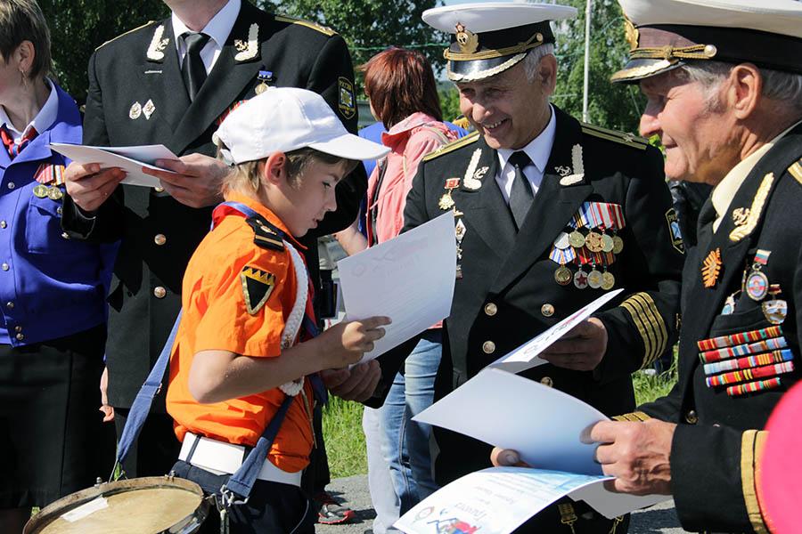 Морские офицеры вручают каравелльцам дипломы юного моряка