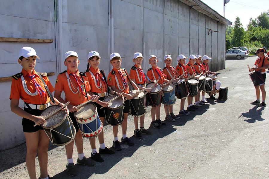 Барабанщики с раннего утра готовятся к торжественному построению