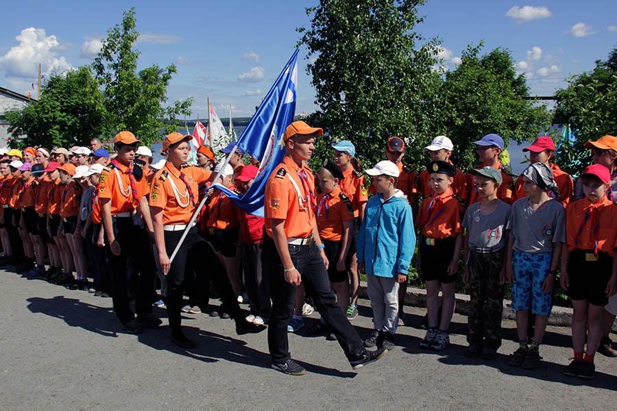 Знаменосцы отряда «Каравелла» выносят флаг ЕМШ ДОСААФ