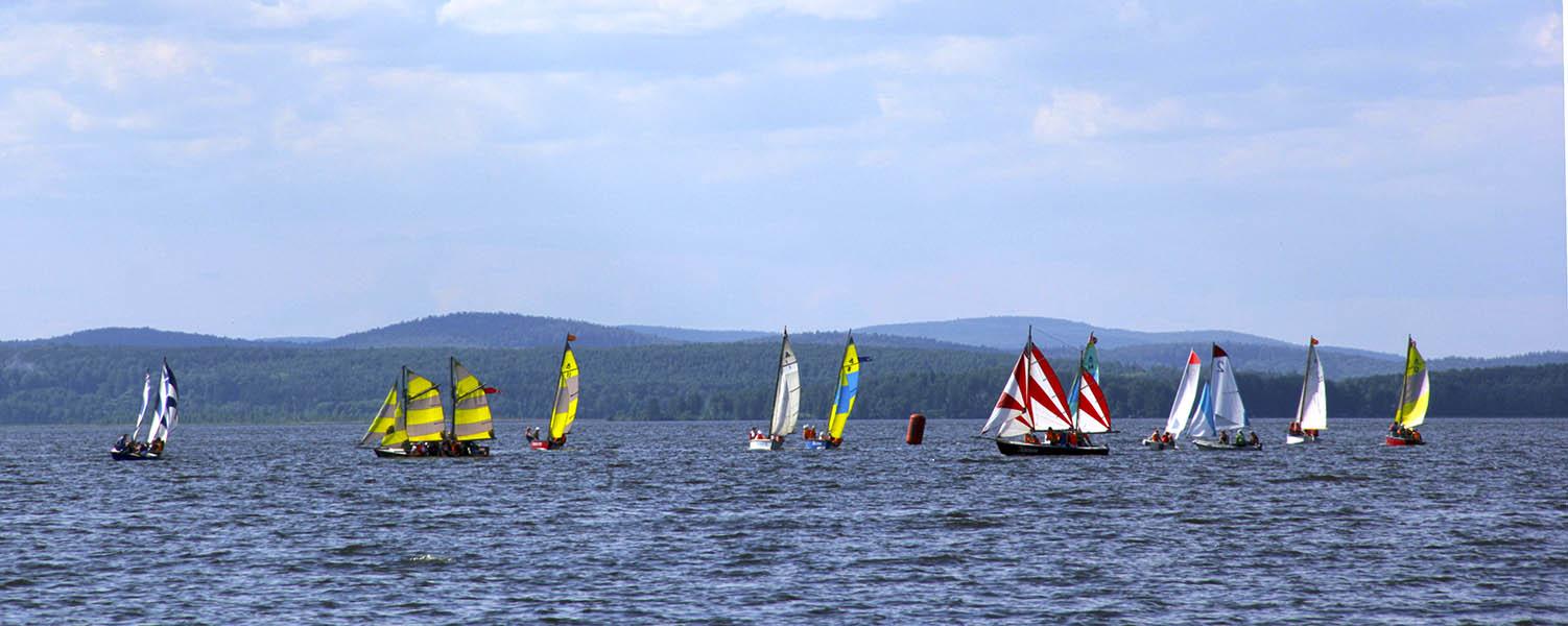 Яхты в гонке в честь Дня российского паруса на Верх-Исетском водохранилище