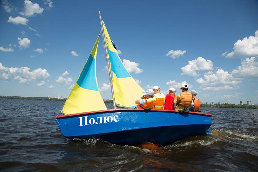 На всех парусах яхта «Полюс» мчится в гонку