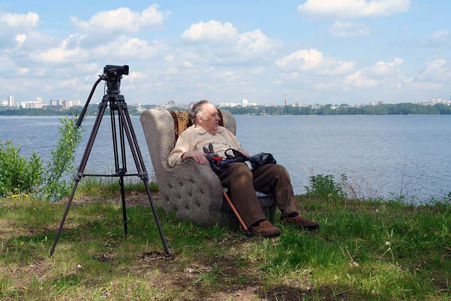 Владислав Крапивин наслаждается видом своих яхт на Верх-Исетском пруду