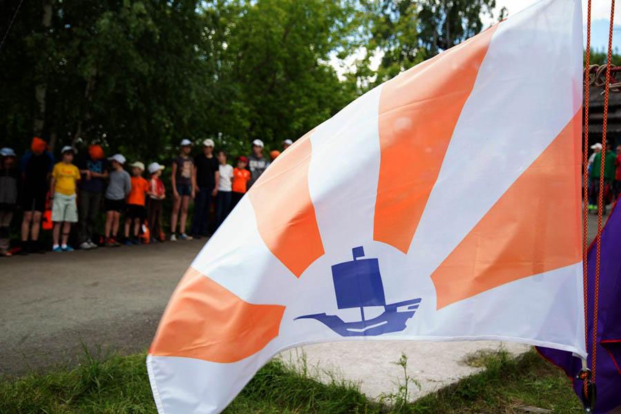 Флаг отряда готов к подъёму на утреннем построении
