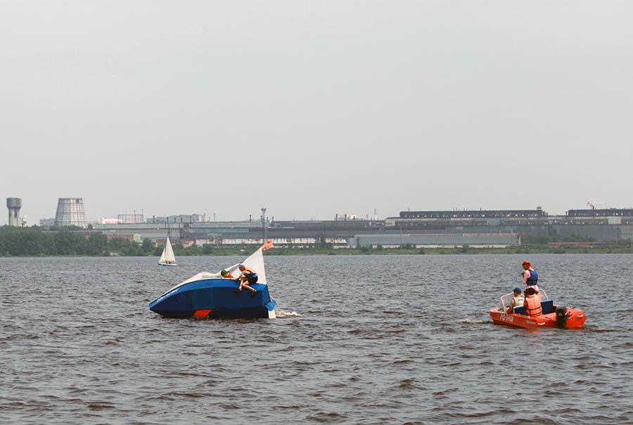 Яхта «Пеленг» показывает красный язык - шверт - своему экипажу