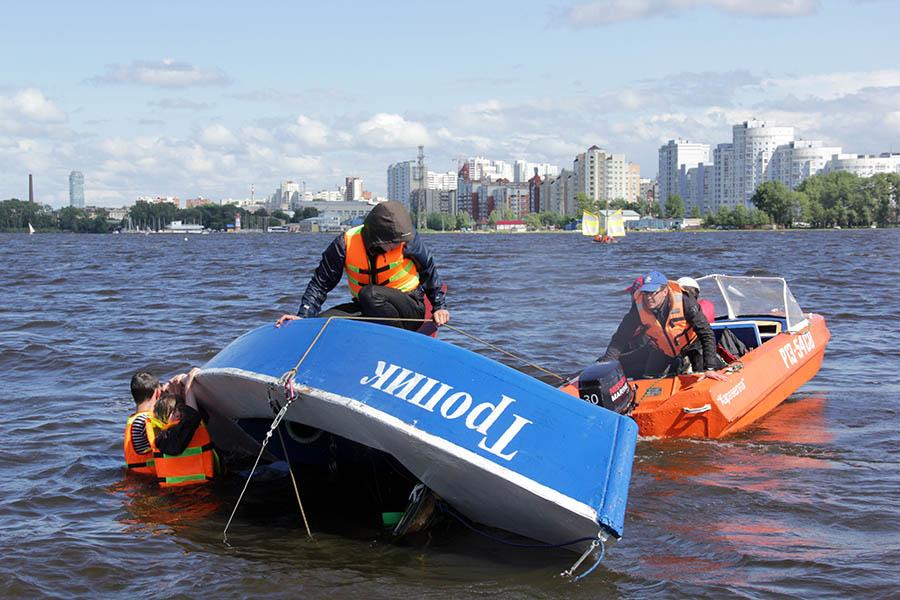 Яхта почти полностью перевернулась и воткнулась мачтой в дно