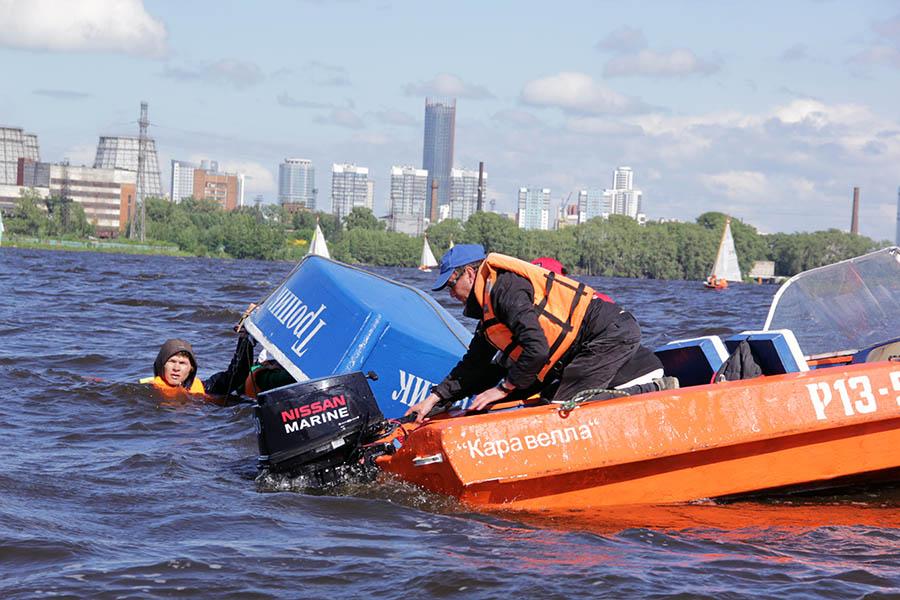 Яхта перевернулась вверх дном, и шверт выпал из колодца