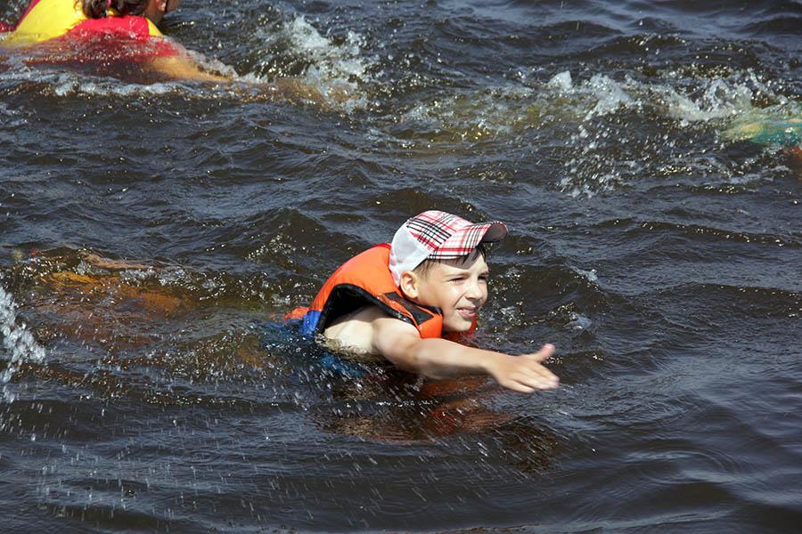 Аварийные заплывы в спасжилетах помогают пережить жару и научиться новому