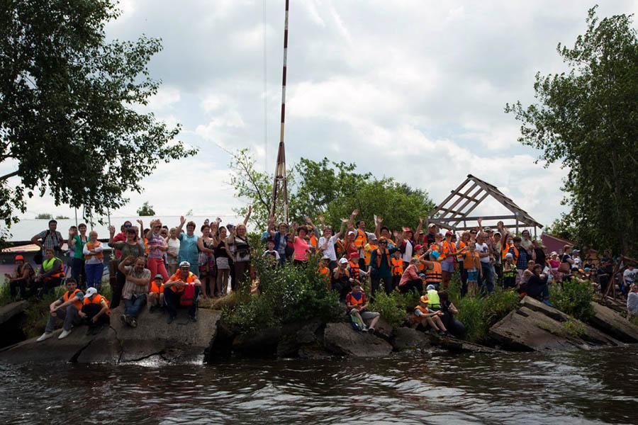Родители каравелльцев смотрят парусный парад с берега