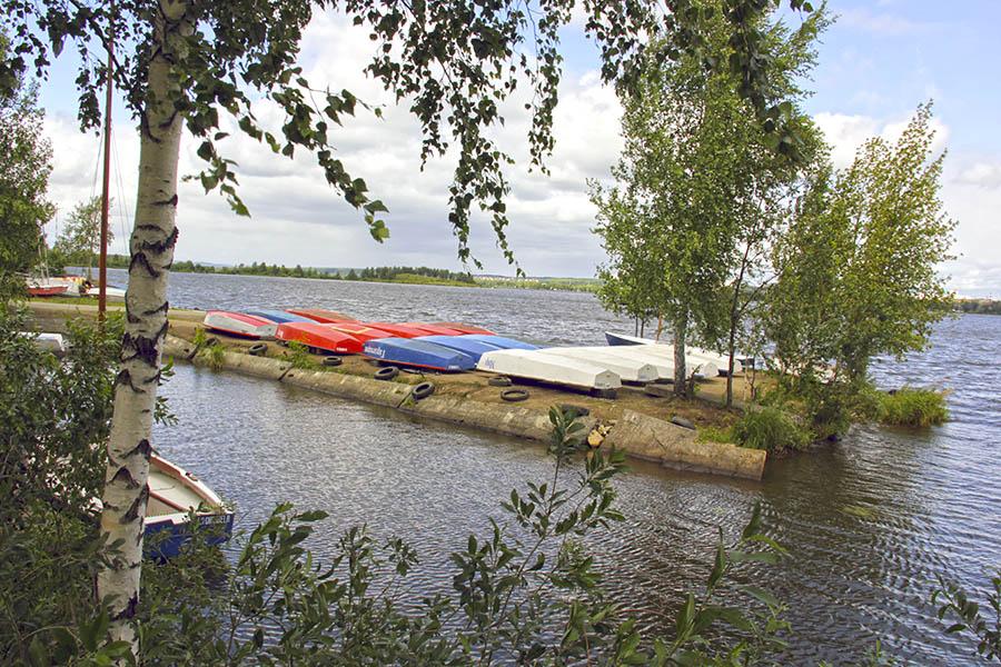 Лодки разложены в цветах российского триколора и ждут зимы