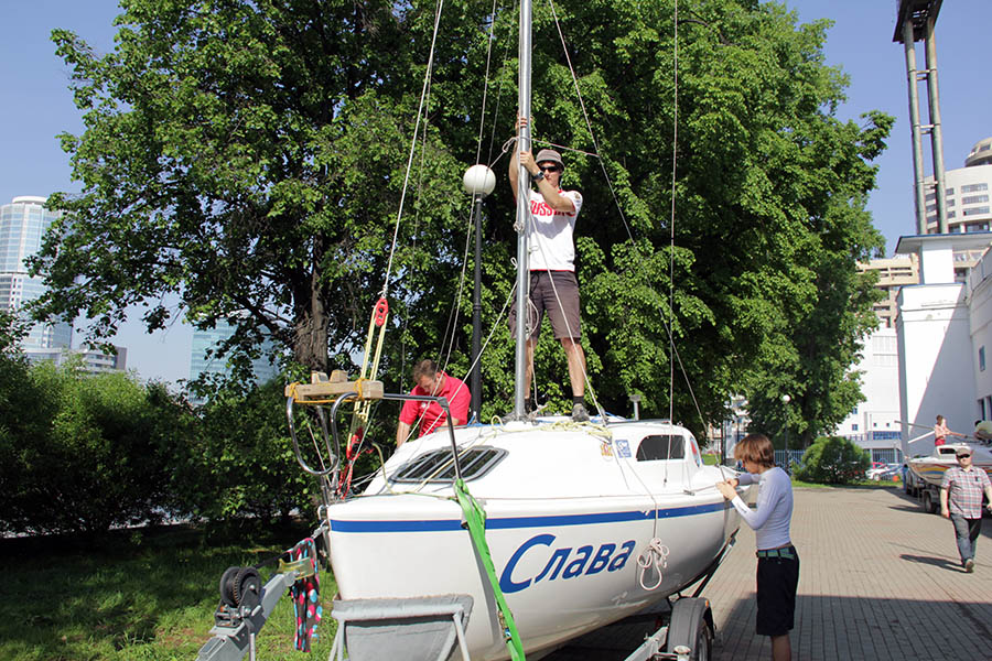 Подготовка лодки к гонкам в самом разгаре - устанавливаем мачту