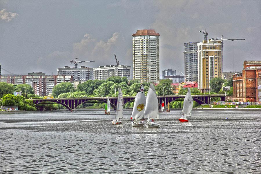 Ветер появлялся на городском пруду небольшими «пятнами»