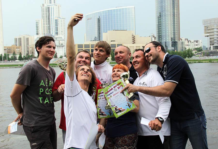 Финалисты гонки «Майский экстрим» празднуют победу