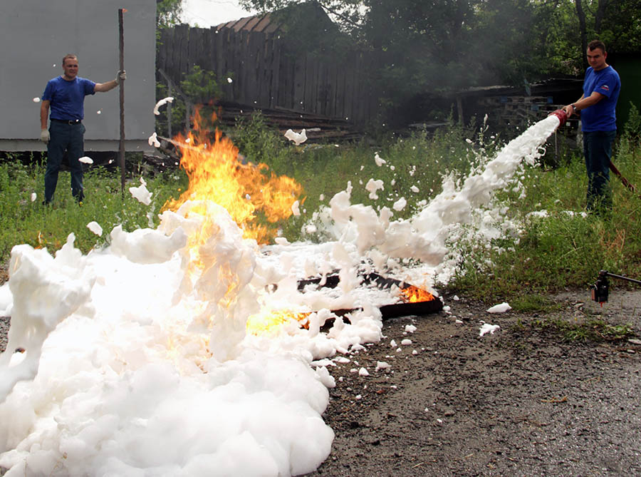 Усмирить огненную стихию могут сотрудники МЧС