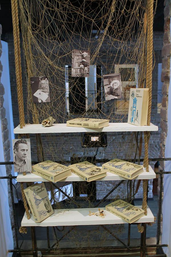Полки с книгами Владислава Крапивина притягивают людей всех возрастов