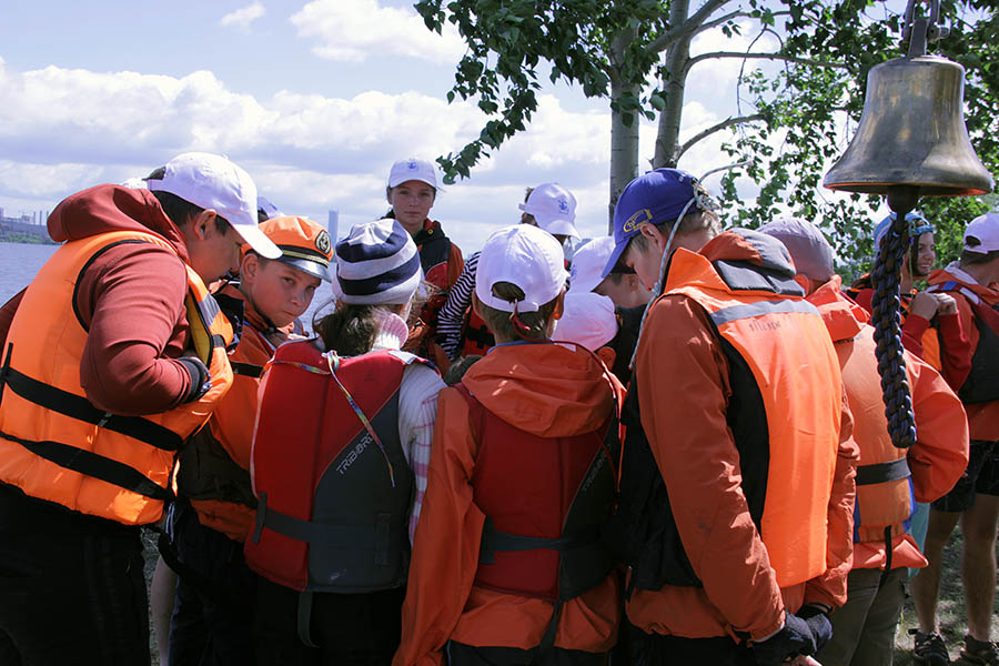 Алёна Светкина (в центре) внимательно слушает гоночную инструкцию