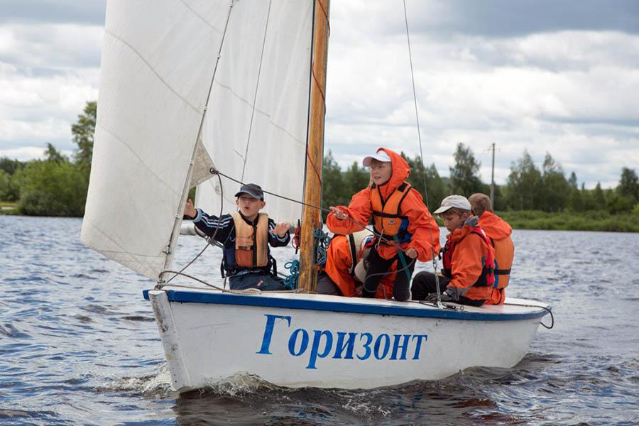 Экипаж Егора Константинова увлечённо работает со стакселем